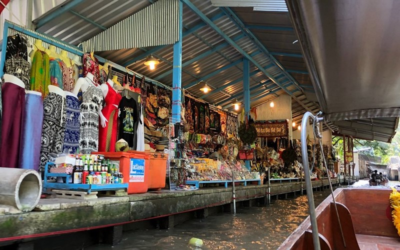 A Boat Ride On The Deamneon Suduak Floating Market