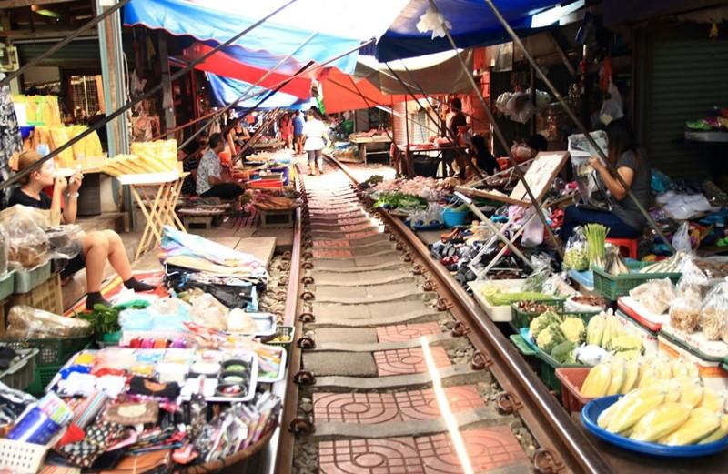 Railway Market Maeklong