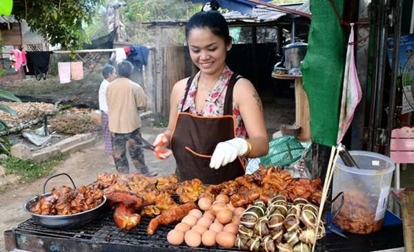 shoult i tip at thai markets street food vendors